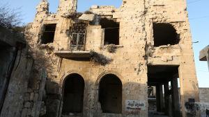Förstörd byggnad efter flygräder och granateld i Maarat al-Numan, Idlib i norra Syrien.