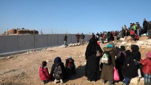 """Syrier samlade vid den syrisk-turkiska gränsen 2.2.2020. Manifestationen """"Från Idlib till Berlin"""" ordnad av aktivistgrupper vill fästa uppmärksamhet vid flyktingarnas lidande och de vädjar om öppna gränser."""