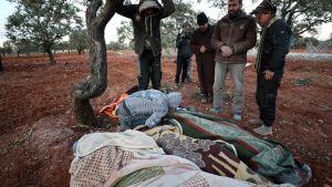Sörjande invånare  i staden Sarmin i provinsen Idlib efter bombardemang. Sju av de nio dödade tillhörde samma familj.