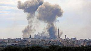 Syriska regeringsstyrkor bombar den syriska byn al-Nayrab 14 km sydost om staden Idlib 3.2.2020.