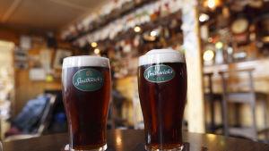 Två ölstop Smithwick's stout på bardisk på Irland.