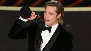 Brad Pitt håller i sin nyvunna Oscar för bästa manliga biroll.