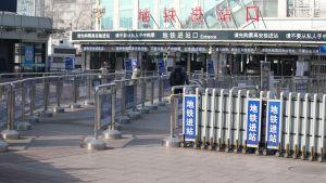Järnvägsstationen i Peking var ovanligt folktom på måndag trots att den förlängda nyårshelgen tog slut.