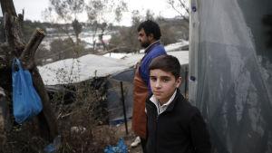 Nuori afgaanipoika telttansa edustalla Morian pakolaisleirissä Lesboksessa.