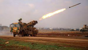 ett turkiskt raketbatteri öppnar eld mot syriska regeringsstyrkor i Idlibenklaven