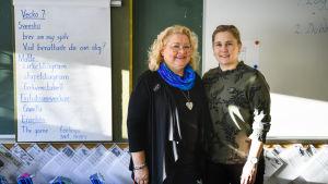 Lärarna Tuija Nevanperä och Maria Mandahl i ett klassrum på Ormbergsskolan.