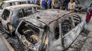 Bilar har bränts i New Delhi 26.2.2020