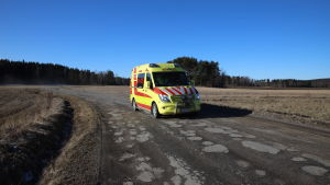 Kanta-Hämeen pelastuslaitoksen ambulanssi huonokuntoisella tiellä Hämeenlinnan Tuuloksessa.