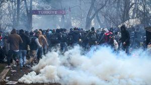 Migranter flydde undan tårgasgranater i turkiska Pazarkule, vid gränsen mot Grekland, på lördagen.