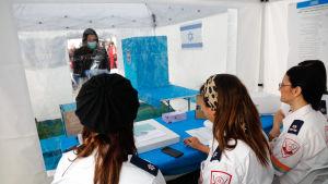 Även väljare som har smittats av coronaviruset deltar i måndagens parlamentsval i Israel.