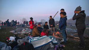 Migranter väntar nära floden Meritsa, nära Edirne, Turkiet 2.3.2020