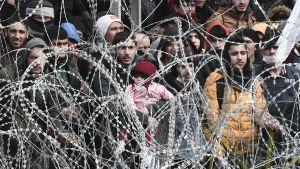 Foto taget från den grekiska sidan nära Kastanies 1.3.2020.  Migranter som väntar på den turkiska sidan
