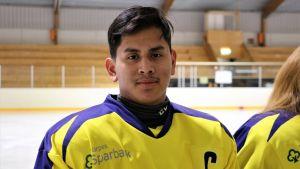 Lucas Nordgren, lagledare i C-juniorerna i Kraft i Närpes, står på isen i spelskjorta