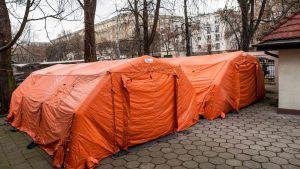 Tält utanför ett virussmittat sjukhus i Warszawa, Polen 11.3.2020