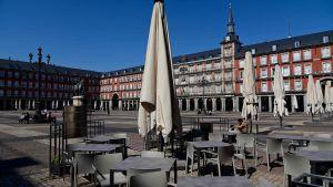 Det normalt myllrande Plaza Mayor i centrala Madrid ligger nu helt öde