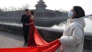 Det går bra att gifta sig också under coronakrisen. Peking 28.2.2020.