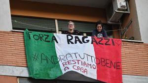 Uppmuntrande texter på balkonger i distriktet Magliana i Rom 15.3.2020