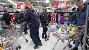 Människor trängs i ett storköp i London då oron över coronaepidemin ledde till hamstrande också där.