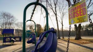 En lekplats invid en skola i Connecticut, USA, står tom efter att skolan stängts efter coronavirusutbrottet.