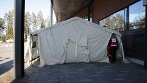 Suomen Punainen Risti pystyttää telttaa Kanta-Hämeen keskussairaalassa.