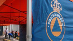 Tält monteras upp för vård av coronasmittade utanför sjukhuset (UBU) i Burgos 20.3.2020