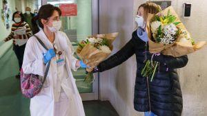 En blomförsäljare överräcker blommor till personalen på sjukhuset i Burgos (UBU) 21.3.2020