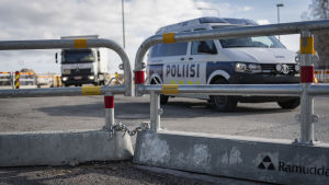 Poliisiauto aidan takana