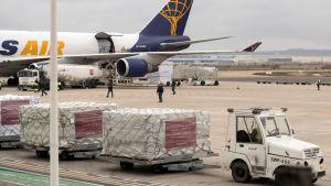 Flygfältet i Zaragoza 23.3.2020. Leveranser med över en miljon skyddsmasker och medicinsk vårdutrustning anländer från Kina. Ett spansk jätteföretag i textilbranschen har donerat utsrustningen.