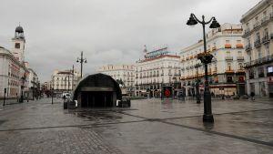 Puerta del Sol i Madrid  ligger nu öde, men är normalt en mycket livlig plats i Madrid. 23.3.2020