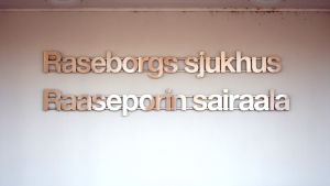 Skylt med texten Raseborgs sjukhus