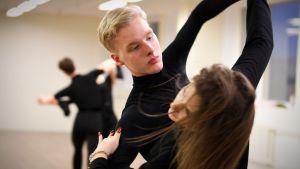 Mikael Hagelstam dansar med Eva-Maria Kesner i Tallinn.