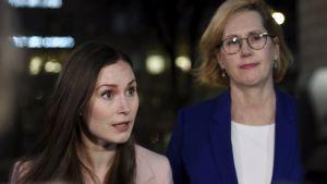 Sanna Marin och Tuula Haatainen möter pressen på Ständerhusets trappa