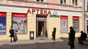 En kö utanför ett apotek i Lublin. Alla i kön håller rejält avstånd till varandra