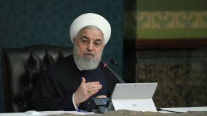 Irans president Hassan Ruhani leder ett regeringsmöte