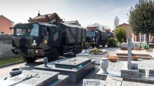 Militären har varit tvungen att transportera avlidna från Bergamo till andra städer i norra Italien eftersom både bårhusen och begravningsplatserna i staden är överfulla.
