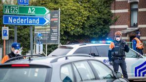 Poliser utför gränskontroller i Maaseik vid gränsen till Nederländerna.