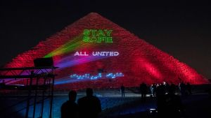 På måndag kväll lystes Cheopspyramiden i utkanterna av Kairo upp med ett budskap till alla om att hålla sig hemma och i säkerhet under coronautbrottet.