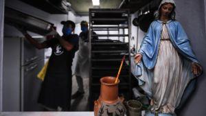 Människor som jobbar i ett allmänt kök där det tillreds mat som delas ut till fattiga. Buienos Aires, Argentina 31.3.2020 ett kökt
