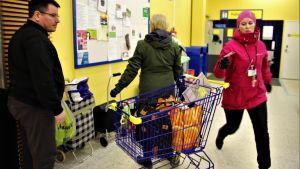 Asiointiapu tekee yli 70-vuotiaiden ja riskiryhmäläisten ostokset marketissa.