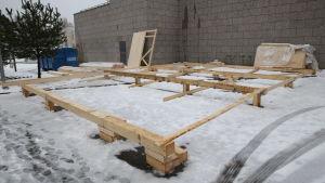 Bräder i en rektangel som utgör basen för var en container ska stå.