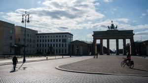 Parizer Platz framför Brandenburger tor i Berlin ligger så gott som öde