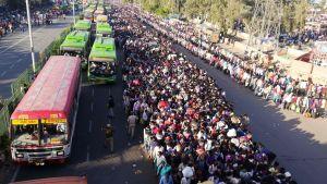 Migrantarbetare och deras familjer väntar på en buss som ska ta dem till deras hembyar. New Delhi 28.3.2020
