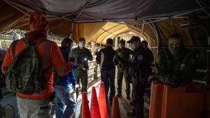 Gränskontroll vid Paso del Norte mellan Ciudad Juarez i Mexiko och El Paso i Texas.  Människor uppmanas att stanna hemma men de som jobbar på andra sidan gräsen måste ta sig till sina jobb.s