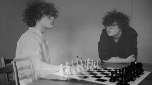Benjamin Rosenlund spelar schack med sig själv