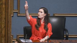 Statsminister Sanna Marin har sträckt upp handen och ber om ordet i riksdagens frågestund
