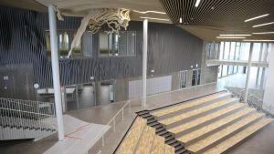 Launeen uuden monitoimitalon Lähteen aula on avara