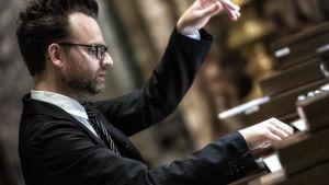 Organisten Hampus Lindewall spelar orgel