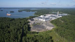 En flygbild av kabelfabriken Prysmian i Pickala. Fabriken är omgiven av skog och vatten.