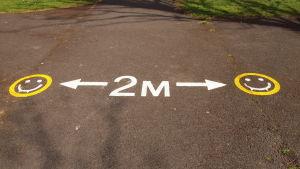Social distansering-markering i Bram Stoker Park i Dublin, Irland.