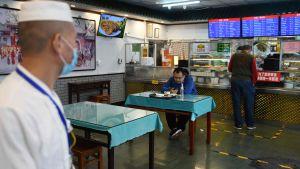 Socialt avstånd på restaurang i Peking 17.4.2020